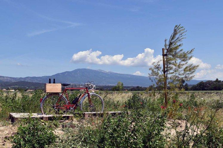 Fiets met bierkrat en Mont Ventoux