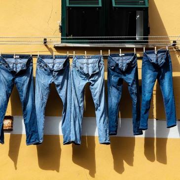 5 jeans op een rij aan wasdraad
