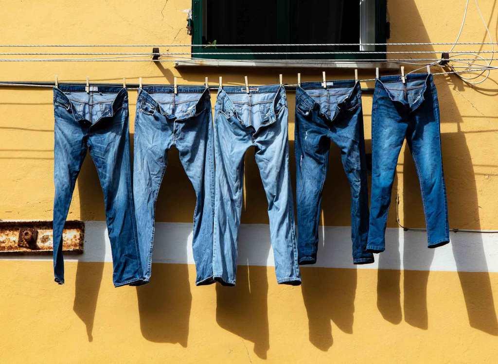 5 jeans aan de wasdraad